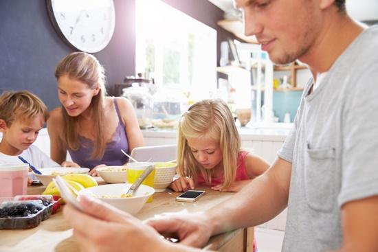 pessoas-celular-mais-protecao-toda-familia-blog-ceabs-localizando